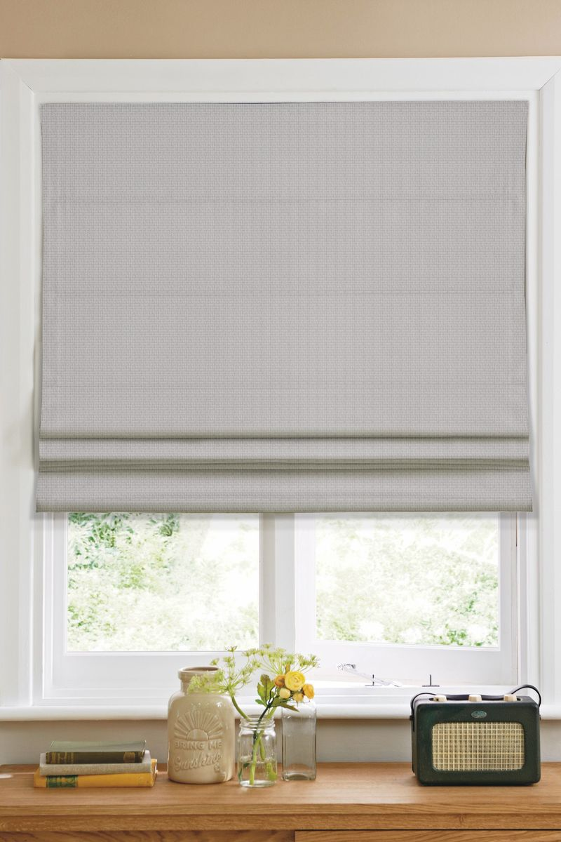 Штора римская Эскар, цвет: серый, ширина 60 см, высота 160 см6120160Римская штора Эскар, выполненная из высокопрочной ткани серого цвета, является отличнымзаменителем обычных портьер. Ее можно установить там, где невозможно повесить обычныешторы. Конструкция шторы позволяет ее разместить даже на самых маленьких оконных проемах,а специальная пропитка ткани сделает данный вид декора окна эстетичным долгое время.Римская штора представляет собой полотно, по ширине которого параллельно друг другу вшитыпластиковые или деревянные рейки. На концах этих планок закреплены кольца, сквозь которыепропущен шнур. С его помощью осуществляется управление шторой. При движении шнура внизпроисходит складывание полотна и его поднятие в верхнюю часть оконного проема. Призакрывании шнур поднимается, а складки, образованные тканью, расправляются и опускаются наокно.Такая штора станет прекрасным элементом декора окна и гармонично впишется в интерьерлюбого помещения. Комплект для монтажа прилагается.