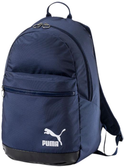 Рюкзак Puma Originals Daypack, цвет: темно-синий, 26 л. 0748010207480102Удобный и вместительный рюкзак Puma Originals Daypack имеет главное отделение на двухзамковой молнии, дополненное отделением для ноутбука с подложкой из эластичного материала, лицевой карман на молнии, функциональную подкладку из полиэстера с изнанкой из полиуретана и ручку из лямочной ленты с оплеткой для лучшего захвата. Закругленные наплечные лямки регулируемой длины с мягкой подложкой отделаны светоотражающей тесьмой с символикой Puma. Обращенная к спине часть рюкзака отстрочена и имеет мягкую подложку. Переднее отделение защищено полиуретановым покрытием от непогоды. Металлические язычки застежек-молний закруглены и декорированы тисненой надписью Puma. Также фирменная символика Puma представлена в виде набивного логотипа винтажной коллекции Puma спереди. В нижней части рюкзака имеется светоотражающая эмблема Durabase.