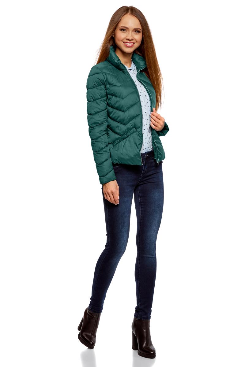 Куртка женская oodji Ultra, цвет: темно-зеленый. 10203063/18268/6900N. Размер 38-170 (44-170)10203063/18268/6900NЖенская стеганая куртка от oodji выполнена из высококачественной курточной ткани. Утепленная модель на синтепухе с воротником-стойкой застегивается на молнию, по бокам дополнена прорезными карманами.