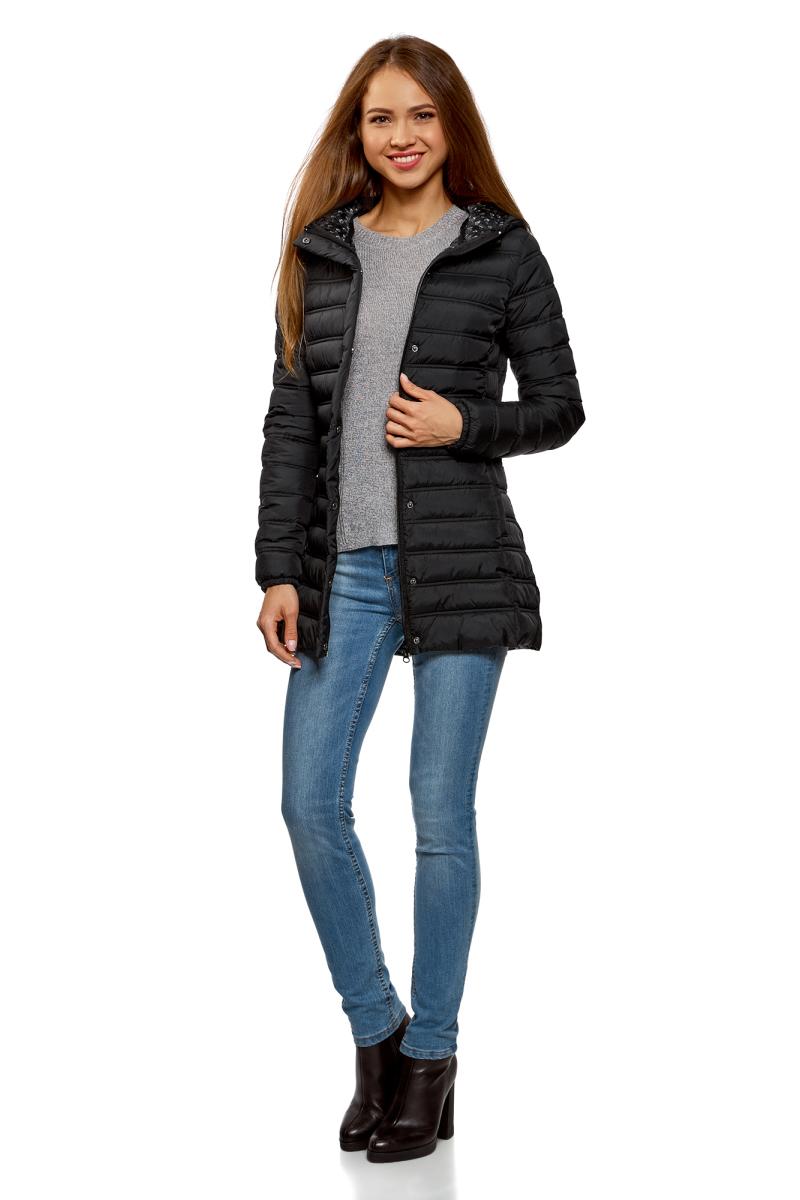 Куртка женская oodji Ultra, цвет: черный. 10204058/33743/2900N. Размер 34-170 (40-170)10204058/33743/2900NЖенская удлиненная куртка от oodji выполнена из высококачественной курточной ткани. Утепленная стеганая модель на синтепухе с капюшоном застегивается на молнию и имеет ветрозащитный клапан на кнопках. Капюшон со стопперами не отстегивается.