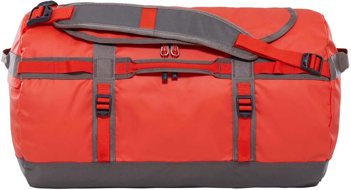 Сумка дорожная The North Face Base Camp Duffel, цвет: оранжевый. T0CWW3XPUT0CWW3XPUДорожная сумка The North Face Base Camp Duffel - знаменитый экспедиционный баул, который ценят по всему миру за его надежность. У сумки предусмотрен боковой карман на молнии для телефона или необходимых в пути документов, улучшенные эргономичные плечевые лямки, новые мягкие боковые ручки, которые позволяют с удобством переносить (или тащить) тяжелые грузы. Проверенная временем конструкция из нейлона баллистик все так же надежна, как и прежде. Объем: 50 л.