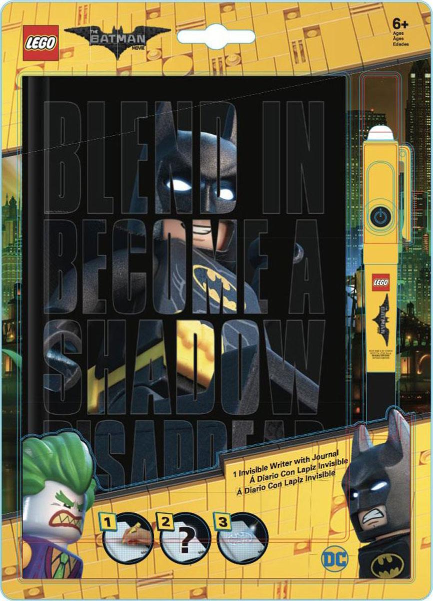 LEGO Batman Movie Блокнот Бэтмен96 листов в линейку и ручка с фонариком51738Блокнот LEGO с магической ручкой станет прекрасным подарком для поклонников фантастической серии. Всем известно, что дети любят вести дневники, но главное, чтобы никто не мог их прочесть! С этим блокнотом им можно не волноваться! Они смогут записывать свои мысли, тайны, секреты, не боясь, что кто-то их прочитает, ведь то, что написано магической ручкой, можно увидеть только при помощи специального ультрафиолетового фонарика, встроенного в колпачок ручки. В набор входят: блокнот для записей с резинкой и ручка с невидимыми чернилами и ультрафиолетовым фонариком (батарейки 3xAG10 1.5V в комплекте).Обложка с резинкой выполнена из плотного картона и оформлена изображением супергероев. Внутренний блок состоит из 96 листов бумаги в линейку.