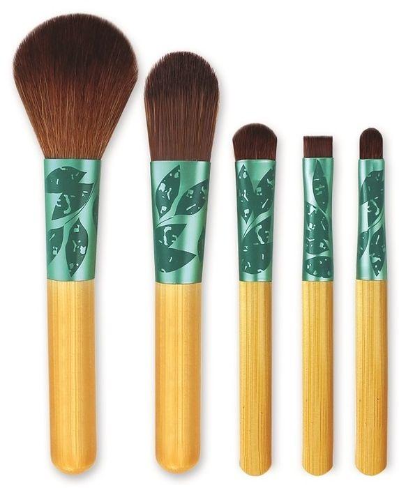 EcoTools Набор кистей для макияжа лица Lovely Looks1253ВMНабор кистей для макияжа для лица EcoTools Lovely Looks Set из 5 кистей в книжке-футляре на магнитной защелке. Необычайно красивый набор из 5 кисточек с невероятно мягким ворсом, с яркими красочными наконечниками, разработанными художником. Кисточка для тона Foundation Brush специально разработана с острым наконечником-щетинками для точного наложения и плоскими сторонами для ровного распределения. Кисточка для теней Shadow Brush с широкими, заостренными щетинками для ровного и точного наложения вокруг глаз. Плоская кисточка для подводки глаз Eyeliner Brush. Угловая кисточка для румян Angled Blush Brush. Кисточкая для пудры duo-fiber Powder Brush. Кисти произведены из эко-материалов: гладкие и эргономичные бамбуковые ручки, ворс синтетический из таклона (takhlon) в алюминиевом наконечнике. Кисти гипоаллергенны! Преобразите ваш макияж с этим набором кистей, специально разработанных для сокрытия недостатков и создания идеального образа. Кисти упакованы в компактную коробочку (13х15 см) с магнитом, которая отлично подходит для хранения кистей.