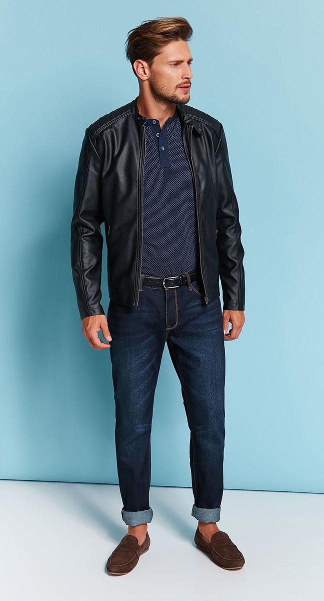 Куртка мужская Top Secret, цвет: черный. SKU0782CA. Размер XXL (52)SKU0782CAСтильная мужская куртка Top Secret согреет вас в прохладную погоду. Модель с длинными рукавами и круглым вырезом горловины застегивается на застежку-молнию и на хлястик с кнопкой по горловине. Куртка выполнена из искусственной кожи и имеет оригинальную кожаную текстуру. Модель дополнена двумя втачными карманами на молниях. Плечи оформлены стеганой прострочкой. Рукава декорированы молниями. Такая куртка будет дарить вам комфорт в течение всего дня и послужит замечательным дополнением к вашему гардеробу.