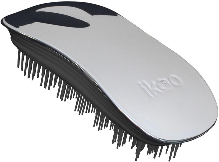 Ikoo Home Расческа для волос Black Oyster Metallic290221Уникальный подход щетки IKOO — расположение и структура щетинок, которые позволяют не только легко распутывать и расчесывать волосы, но и делать массаж головы в соответствии с принципами традиционной китайской медицины. Щетинки стимулируют энергетические меридианы и рефлексогенные зоны, что также положительно влияет на вегетативную нервную систему. Благодаря оптимальной степени твердости щетины, волосы распутываются легко и без вытягивания. Щетка ikoo сохраняет свою функциональность даже после долговременного использования.Щетки IKOO изготовлены из высококачественной смолы и акрила. Для комфортного использования корпус щетки отделан натуральной резиной, что помогает надежно удерживать щетку в руке. Скомбинировав эти три материала, мы избежали использования дерева и натуральной щетины, так как эти материалы подходят не для всех типов волос, а также труднее очищаются. Щетки IKOO соблюдают все гигиенические стандарты за счет своего состава. Во процессе разработки мы уделили большое внимание дизайну щетки, чтобы и правшам, и левшам было комфортно ей пользоваться.