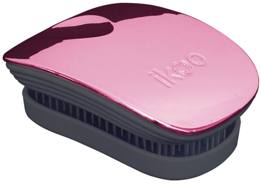 Ikoo Pocket Расческа для волос Black Rose Metallic291044Уникальный подход щетки IKOO — расположение и структура щетинок, которые позволяют не только легко распутывать и расчесывать волосы, но и делать массаж головы в соответствии с принципами традиционной китайской медицины. Щетинки стимулируют энергетические меридианы и рефлексогенные зоны, что также положительно влияет на вегетативную нервную систему. Благодаря оптимальной степени твердости щетины, волосы распутываются легко и без вытягивания. Щетка ikoo сохраняет свою функциональность даже после долговременного использования.Щетки IKOO изготовлены из высококачественной смолы и акрила. Для комфортного использования корпус щетки отделан натуральной резиной, что помогает надежно удерживать щетку в руке. Скомбинировав эти три материала, мы избежали использования дерева и натуральной щетины, так как эти материалы подходят не для всех типов волос, а также труднее очищаются. Щетки IKOO соблюдают все гигиенические стандарты за счет своего состава. Во процессе разработки мы уделили большое внимание дизайну щетки, чтобы и правшам, и левшам было комфортно ей пользоваться.