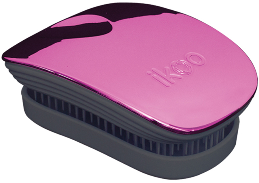 ikoo Pocket Расческа для волос Black Cherry Metallic291068Уникальный подход щетки IKOO — расположение и структура щетинок, которые позволяют не только легко распутывать и расчесывать волосы, но и делать массаж головы в соответствии с принципами традиционной китайской медицины. Щетинки стимулируют энергетические меридианы и рефлексогенные зоны, что также положительно влияет на вегетативную нервную систему. Благодаря оптимальной степени твердости щетины, волосы распутываются легко и без вытягивания. Щетка ikoo сохраняет свою функциональность даже после долговременного использования.Щетки IKOO изготовлены из высококачественной смолы и акрила. Для комфортного использования корпус щетки отделан натуральной резиной, что помогает надежно удерживать щетку в руке. Скомбинировав эти три материала, мы избежали использования дерева и натуральной щетины, так как эти материалы подходят не для всех типов волос, а также труднее очищаются. Щетки IKOO соблюдают все гигиенические стандарты за счет своего состава. Во процессе разработки мы уделили большое внимание дизайну щетки, чтобы и правшам, и левшам было комфортно ей пользоваться.