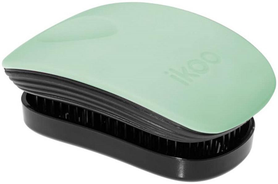 Ikoo Pocket Расческа для волос Paradise Black Ocean Breeze291181Уникальный подход щетки IKOO — расположение и структура щетинок, которые позволяют не только легко распутывать и расчесывать волосы, но и делать массаж головы в соответствии с принципами традиционной китайской медицины. Щетинки стимулируют энергетические меридианы и рефлексогенные зоны, что также положительно влияет на вегетативную нервную систему. Благодаря оптимальной степени твердости щетины, волосы распутываются легко и без вытягивания. Щетка ikoo сохраняет свою функциональность даже после долговременного использования.Щетки IKOO изготовлены из высококачественной смолы и акрила. Для комфортного использования корпус щетки отделан натуральной резиной, что помогает надежно удерживать щетку в руке. Скомбинировав эти три материала, мы избежали использования дерева и натуральной щетины, так как эти материалы подходят не для всех типов волос, а также труднее очищаются. Щетки IKOO соблюдают все гигиенические стандарты за счет своего состава. Во процессе разработки мы уделили большое внимание дизайну щетки, чтобы и правшам, и левшам было комфортно ей пользоваться.