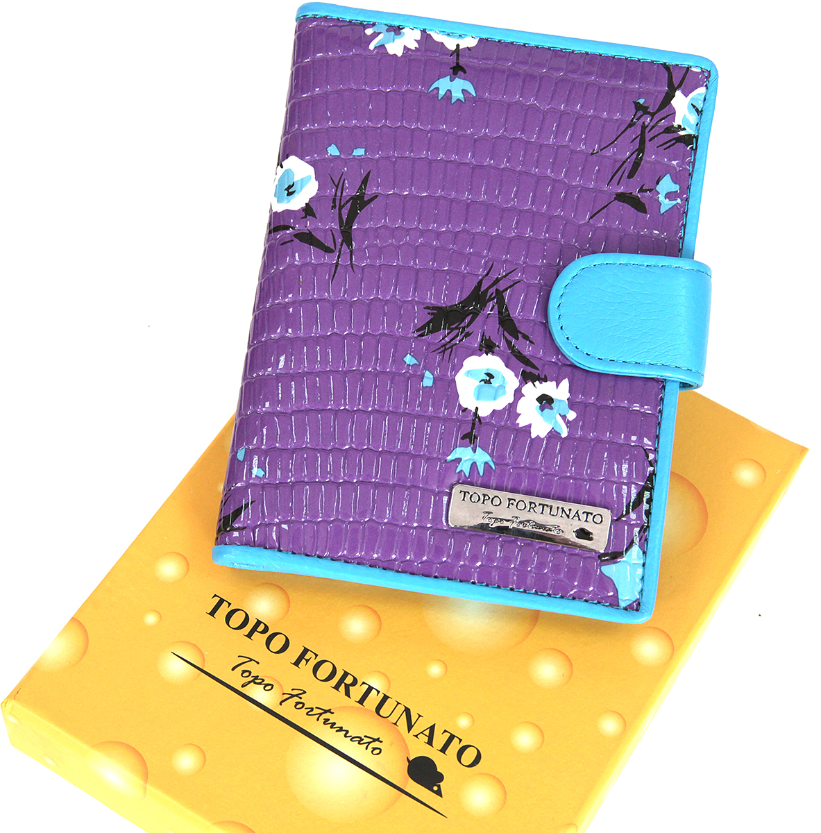 Обложка для автодокументов женская Topo Fortunato, цвет: сиреневый, голубой. TF 1322-092TF 1322-092Изысканная обложка для автодокументов Topo Fortunato изготовлена из натуральной кожи. Закрывается на хлястик с кнопкой. Внутри: слева - прозрачный захват и текстильная подкладка с логотипом, справа- кожаный захват с четырьмя кармашками для пластиковых карт, вкладыш с прозрачными файлами для автодокументов.Размер: 9,5 х 13 см.