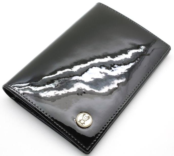 Обложка на паспорт женская Topo Fortunato, цвет: черный. TF 3310-093Натуральная кожаОбложка на паспорт Topo Fortunato выполнена из натуральной кожи. С левой стороны кожаный захват, два кармана для пластиковых карт, прозрачное окошко для пропуска, с правой стороны пластиковый захват. Размер: 9,5 х 13,3 см.