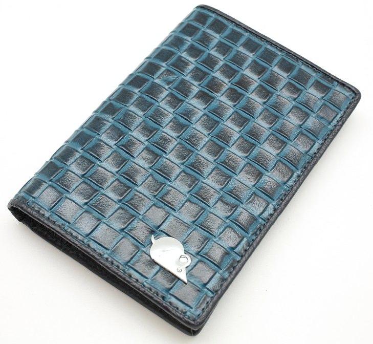Обложка на паспорт женская Topo Fortunato, цвет: синий. TF 4420-090TF 4420-090Обложка на паспорт Topo Fortunato выполнена из натуральной кожи. С левой стороны кожаный захват, два кармана для пластиковых карт, прозрачное окошко для пропуска, с правой стороны пластиковый захват.Размер: 9,5 х 13,3 см.