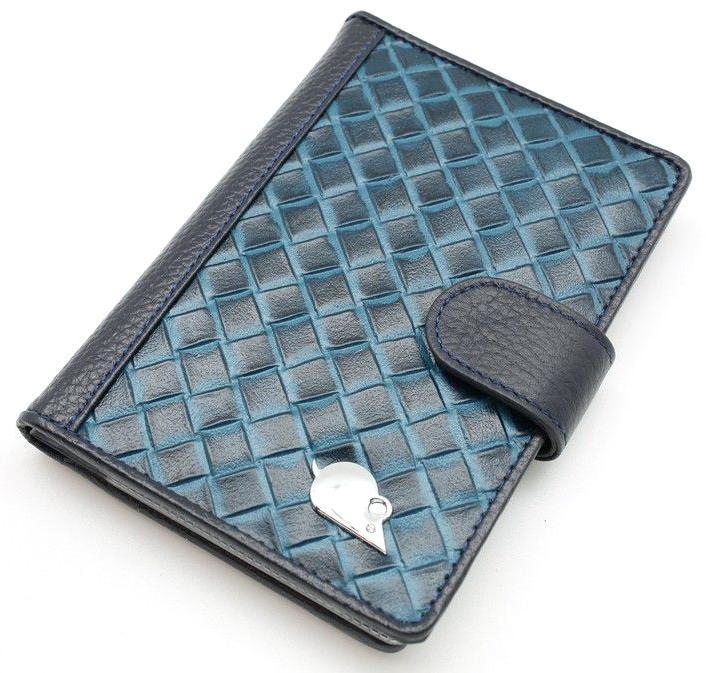 Обложка для автодокументов женская Topo Fortunato, цвет: синий. TF 4420-092Натуральная кожаИзысканная обложка для автодокументов Topo Fortunato изготовлена изнатуральной кожи. Закрывается на хлястик с кнопкой. Внутри: слева - прозрачный захват и текстильная подкладка с логотипом, справа- кожаный захват с четырьмя кармашками для пластиковых карт, вкладыш с прозрачными файлами для автодокументов. Размер: 9,5 х 13 см.
