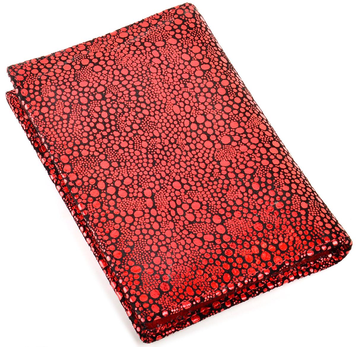 Обложка для автодокументов женская Topo Fortunato, цвет: красный. TF 724-092АНатуральная кожаИзысканная обложка для автодокументов Topo Fortunato изготовлена из натуральной кожи. С левой стороны кожаный захват, два кармашка для пластиковых карт, прозрачное окошко для пропуска, с правой стороны пластиковый захват. Вкладыш для автодокументов. Размер: 9,5 х 13,3 см.