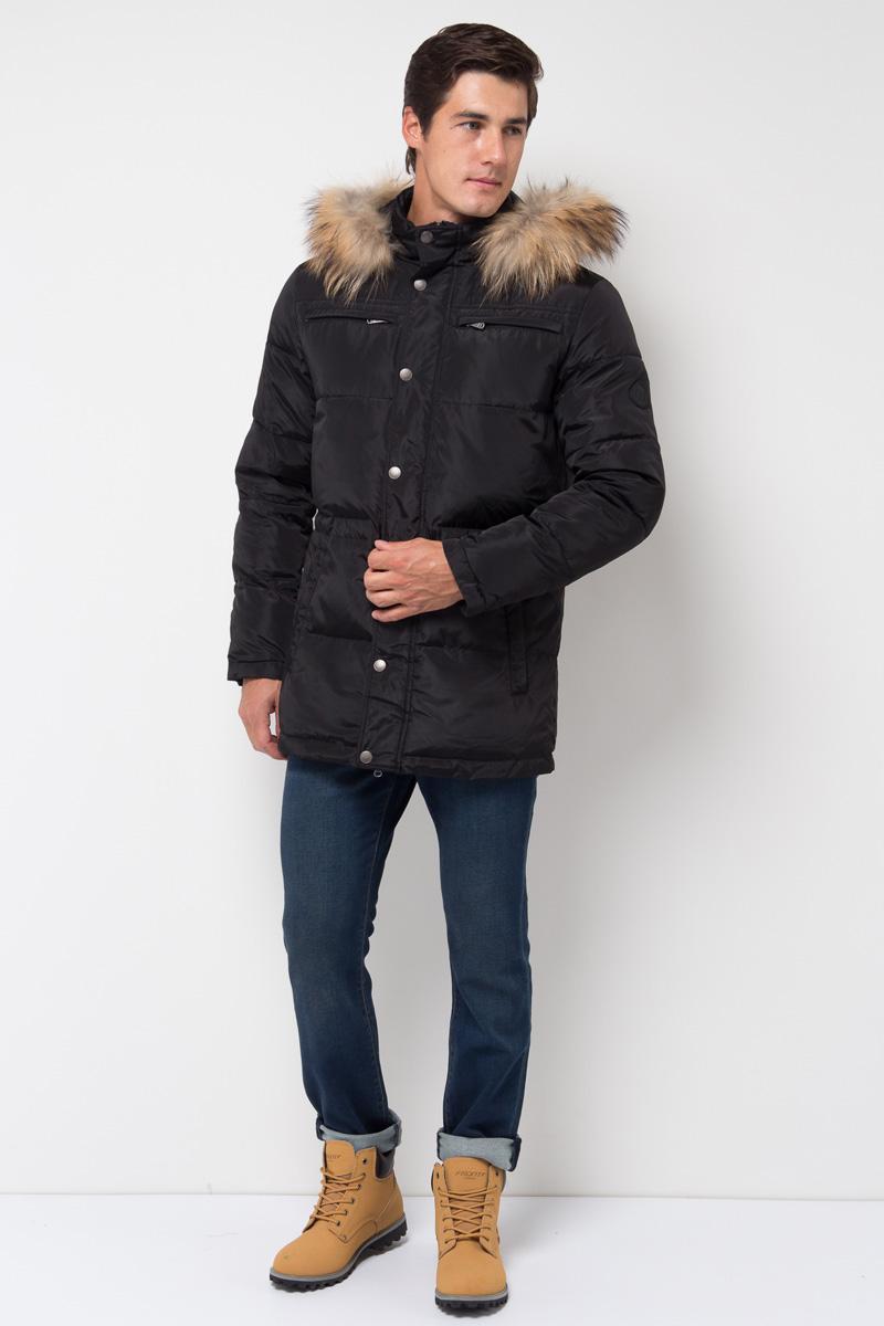 Куртка мужская Sela, цвет: черный. Cp-226/402-7331. Размер L (50)Cp-226/402-7331Модная куртка от Sela выполнена из высококачественного материала с утеплителем из синтепона. Модель полуприлегающего кроя с отстегивающимся капюшоном застегивается на молнию и дополнена ветрозащитным клапаном на кнопках. Капюшон оформлен опушкой из натурального меха енота. Имеются боковые карманы.