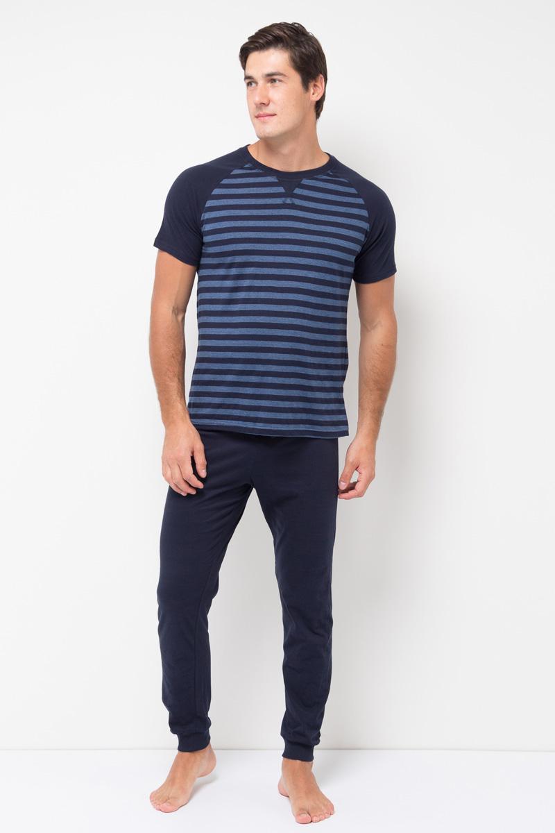 Пижама мужская Sela, цвет: синий. PYb-262/002-7371. Размер L (50)PYb-262/002-7371Мужская пижама от Sela, состоящая из футболки брюк, выполнена из хлопкового трикотажа. Футболка с короткими рукавами-реглан и круглым вырезом горловины. Брюки на талии дополнены эластичной резинкой со шнурком, низ брючин дополнен широкими манжетами.