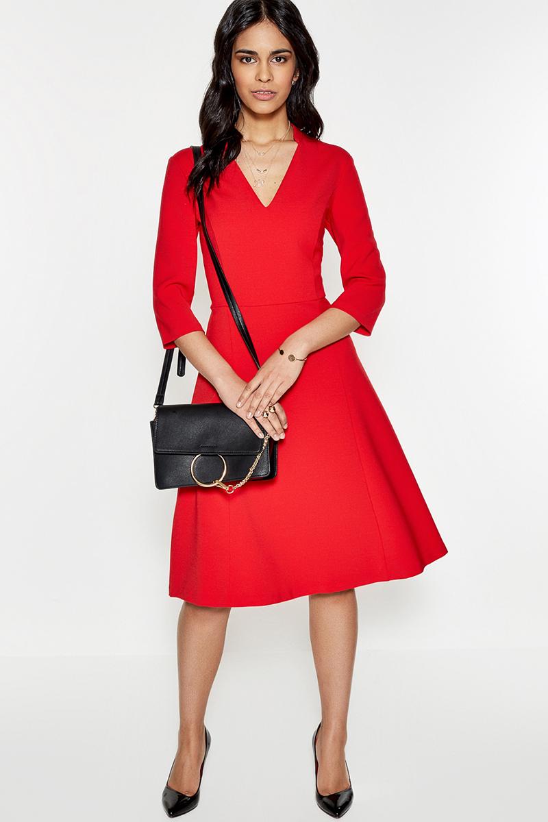 Платье Concept Club Panna, цвет: красный. 10200200333. Размер M (46)10200200333Платье от Concept Club выполнено из плотного трикотажа и декорировано V-образным вырезом, переходящим в воротник-стойку. Модель приталенного силуэта с расклешенной юбкой длины миди, сатиновой подкладкой лифа, рукавами длиной три четверти и застежкой-молнией на спинке.