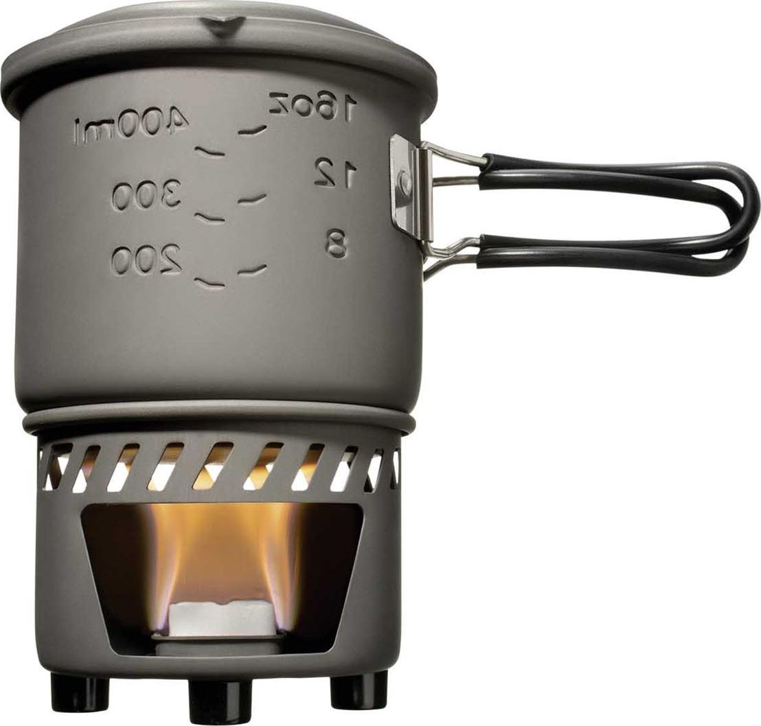 Набор для приготовления пищи Esbit, с горелкой под сухое горючее, 4 предметаCS985HAКомпактный и легкий набор для приготовления пищи Esbit изготовлен из высококачественного анодированного алюминия. Наличие двух емкостей в комплекте позволяет использовать одну в качестве емкости для приготовления, а вторую - в качестве крышки или же тарелки. Модель работает на сухом топливе, и идеально подходит как для приготовления, так и для разогрева пищи. Регулятор пламени со складной ручкой позволит удобно и безопасно погасить огонь, а жесткий и легкий анодированный алюминий, из которого изготовлен набор, сделает его срок службы максимально долгим.В набор для приготовления пищи входит: емкость 985 мл;емкость 470 мл;подставка;ветрозащита;спиртовая горелка.