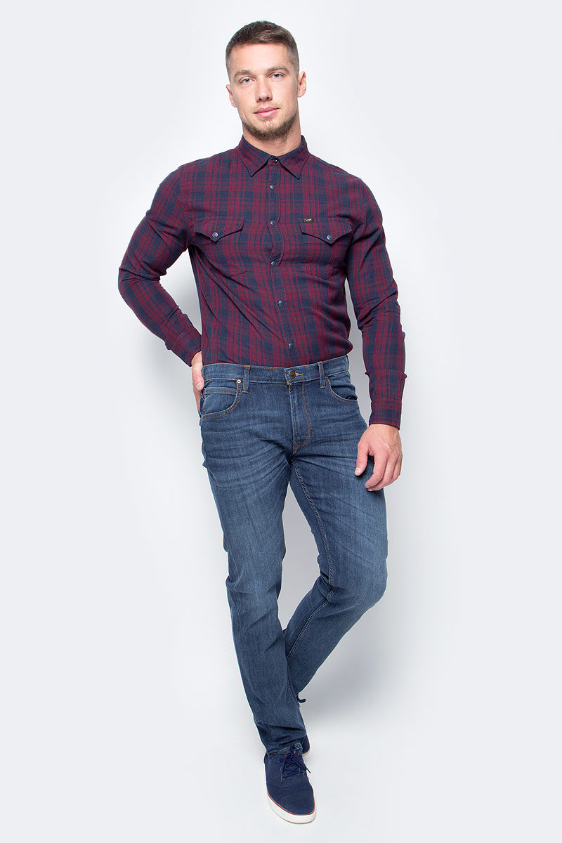 Джинсы мужские Lee, цвет: синий. L707AAIF. Размер 36-34 (52-34)L707AAIFМодные мужские джинсы Lee - это джинсы высочайшего качества, которые прекрасно сидят. Они выполнены из высококачественного натурального хлопка с небольшим добавлением эластомультиэстра, что обеспечивает комфорт и удобство при носке. Классические прямые джинсы стандартной посадки станут отличным дополнением к вашему современному образу. Джинсы застегиваются на пуговицу в поясе и ширинку на застежке-молнии, а также дополнены шлевками для ремня. Джинсы имеют классический пятикарманный крой: спереди модель оформлена двумя втачными карманами и одним маленьким накладным кармашком, а сзади - двумя накладными карманами. Эти модные и в тоже время комфортные джинсы послужат отличным дополнением к вашему гардеробу.