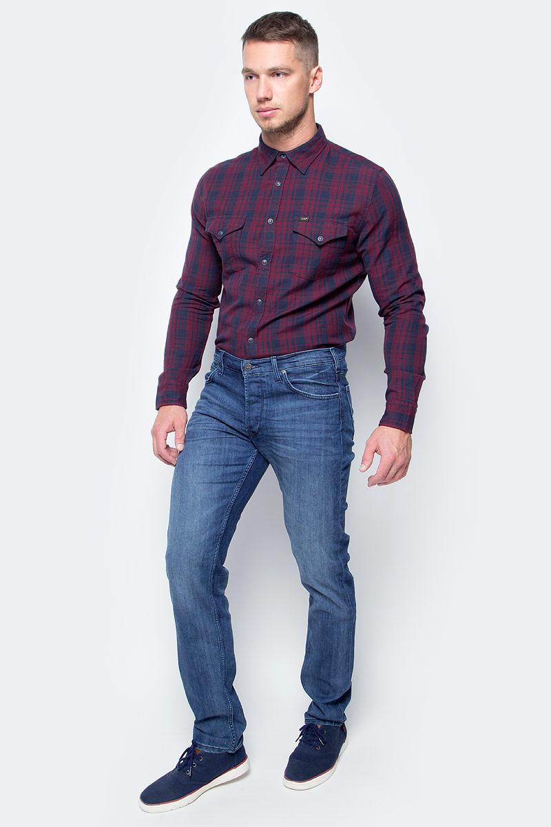 Джинсы мужские Lee, цвет: синий. L706ACBC. Размер 34-32 (50-32)L706ACBCМодные мужские джинсы Lee - это джинсы высочайшего качества, которые прекрасно сидят. Они выполнены из высококачественного эластичного хлопка, что обеспечивает комфорт и удобство при носке. Классические прямые джинсы стандартной посадки станут отличным дополнением к вашему современному образу. Джинсы застегиваются на пуговицу в поясе и ширинку на застежке-молнии, а также дополнены шлевками для ремня. Джинсы имеют классический пятикарманный крой: спереди модель оформлена двумя втачными карманами и одним маленьким накладным кармашком, а сзади - двумя накладными карманами. Эти модные и в тоже время комфортные джинсы послужат отличным дополнением к вашему гардеробу