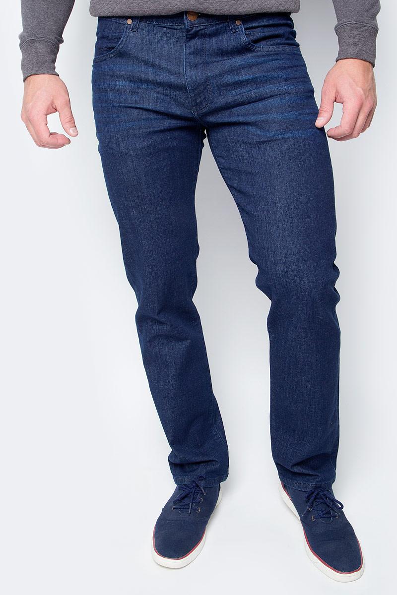 Джинсы мужские Wrangler Arizona, цвет: синий. W12O9196U. Размер 38-36 (54-36)W12O9196UМужские джинсы Wrangler станут отличным дополнением к вашему гардеробу. Джинсы выполнены из эластичного хлопка. Изделие мягкое и приятное на ощупь, не сковывает движения и позволяет коже дышать.Модель на поясе застегивается на металлическую пуговицу и ширинку на металлической застежке-молнии, а также предусмотрены шлевки для ремня. Модель имеет классический пятикарманный крой: спереди расположены два втачных кармана и один маленький кармашек, а сзади - два накладных кармана.Современный дизайн, отличное качество и расцветка делают эти джинсы модным, стильным и практичным предметом мужской одежды. Такая модель подарит вам комфорт в течение всего дня.