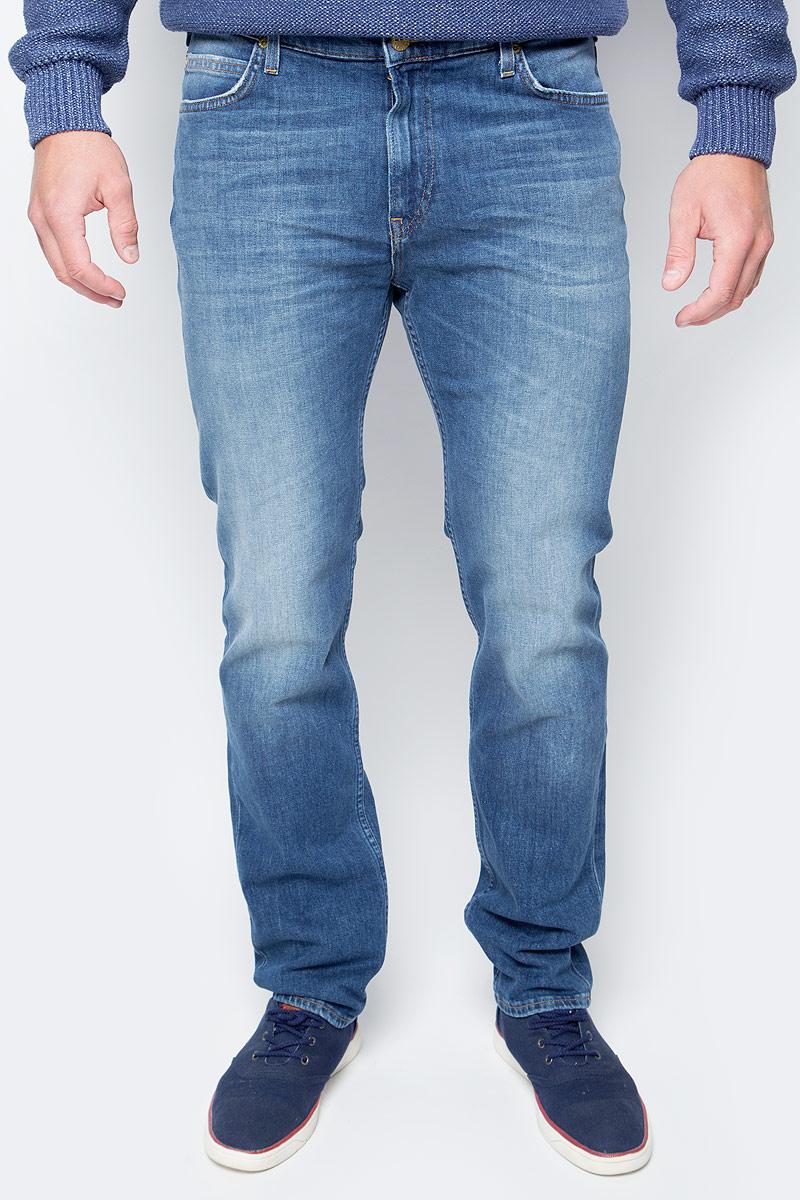 Джинсы мужские Lee, цвет: синий. L701APNP. Размер 29-32 (44/46-32)L701APNPМодные мужские джинсы Lee - это джинсы высочайшего качества, которые прекрасно сидят. Они выполнены из высококачественного натурального хлопка с небольшим добавлением эластана, что обеспечивает комфорт и удобство при носке. Классические прямые джинсы стандартной посадки станут отличным дополнением к вашему современному образу. Джинсы застегиваются на пуговицу в поясе и ширинку на застежке-молнии, а также дополнены шлевками для ремня. Джинсы имеют классический пятикарманный крой: спереди модель оформлена двумя втачными карманами и одним маленьким накладным кармашком, а сзади - двумя накладными карманами. Модель оформлена эффектом потертости и контрастной прострочкой. Эти модные и в тоже время комфортные джинсы послужат отличным дополнением к вашему гардеробу.
