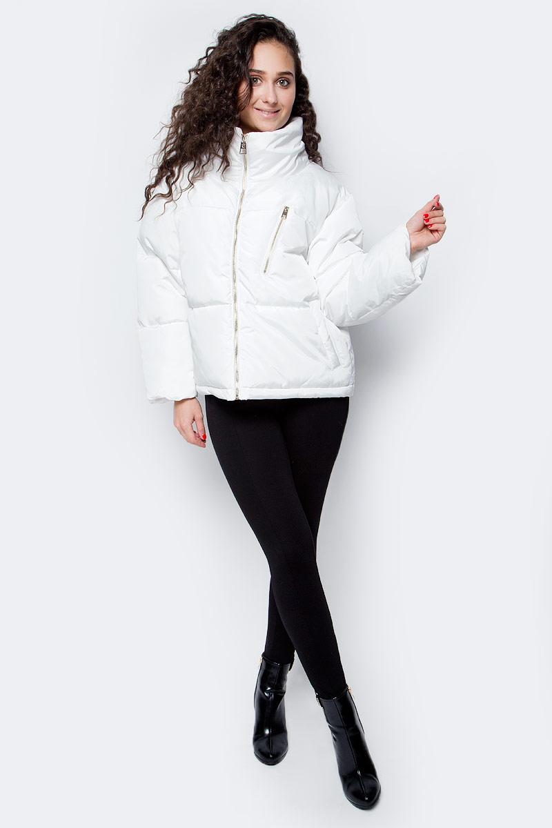 Куртка женская Baon, цвет: белый. B037562_Milk. Размер M (46)B037562_MilkУльтрамодная и очень эффектная куртка от Baon поможет вам бросить вызов осенней хандре. Белоснежный материал дополнен фурнитурой золотистого цвета. Модель имеет широкий крой, укороченные рукава с прямыми проймами и воротник-стойку. Спереди расположен карман на молнии, по бокам два кармана. Объем нижней части изделия регулируется при помощи кулиски с утяжкой.