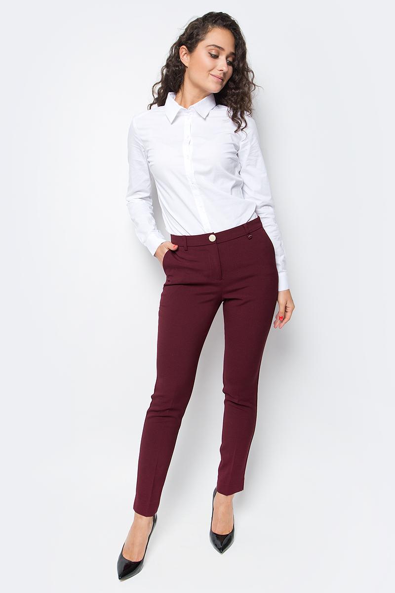 Брюки женские Baon, цвет: бордовый. B297519_Pomegranate. Размер S (44)B297519_PomegranateИзящные зауженные брюки от Baon помогут вам составить стильный деловой костюм. Изделие выполнено из материала с легким эффектом стрейч. Брюки застегиваются на молнию и пуговицу. По бокам расположено два кармана, задние карманы - ложные. Пояс изделия дополнен шлевками для ремня.