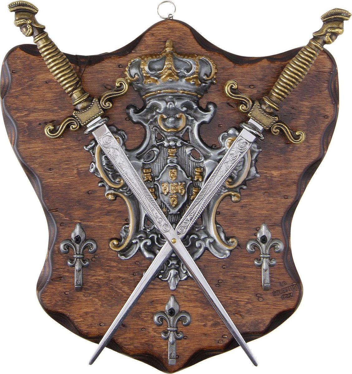 Сувенирное оружие La Balestra Макет 2 кинжалов, на планшете с крючками, 25 х 24 х 2 см665922Брутальный подарок для настоящего мужчины. Такая композиция сразу же даст понять гостям, что в этом доме живет мужчина с характером, который, к тому же, неравнодушен к блистательной эпохе Средневековья и обладает прекрасным вкусом - как иначе объяснить наличие у него дома таких неординарных предметов? Итальянская фабрика La Balestra уже более сорока лет занимается выпуском удивительных по своей красоте и точности сувенирных копий старинного оружия, способного украсить собой даже самый роскошный интерьер.Состав: панель из березы, металлические детали из цинково-алюминиевого сплава и железа.