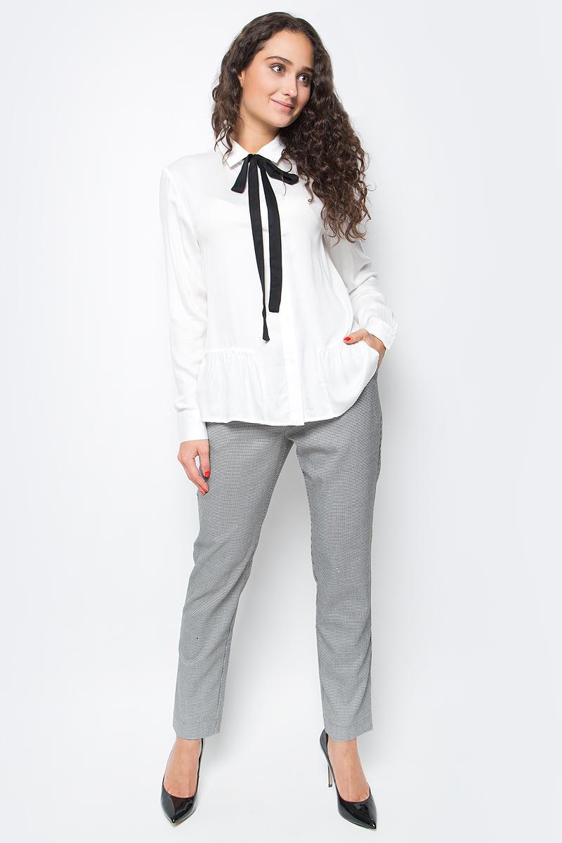 Блузка женская Baon, цвет: белый. B177501_Milk. Размер XS (42)B177501_MilkИзящная блузка от Baon сочетает в себе элегантную сдержанность и изысканную утонченность. Изделие выполнено из нежного и струящегося вискозного материала. Модель имеет прямой крой, ее нижняя часть декорирована оборкой с мелкими складками. Блузка застегивается на пуговицы. Воротник дополнен завязывающимся бантом контрастного цвета, который при желании можно отстегнуть.