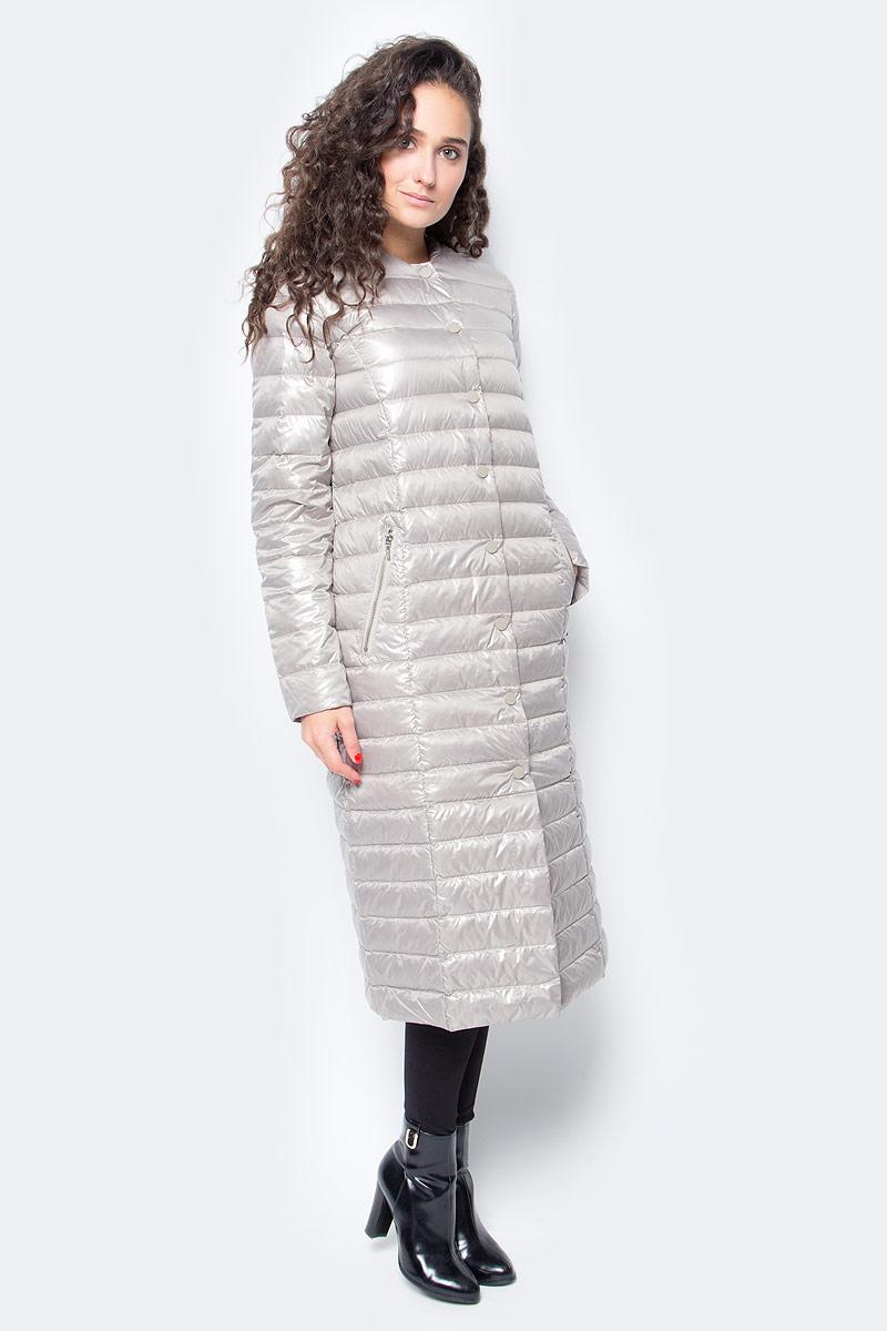 Пуховик женский Baon, цвет: бежевый. B017507_Light Cobble. Размер XS (42)B017507_Light CobbleЛегкий длинный пуховик от Baon станет палочкой-выручалочкой вашего гардероба. Носите его осенью в качестве верхней одежды, а зимой надевайте под пальто для дополнительной теплоты. Пуховик отличается легкостью и компактностью, поэтому вы всегда сможете взять его с собой в поездку или на прогулку - в багаже или сумочке он займет мало места. Изделие имеет прямой крой и застежку на кнопки. По бокам расположены карманы с молниями.