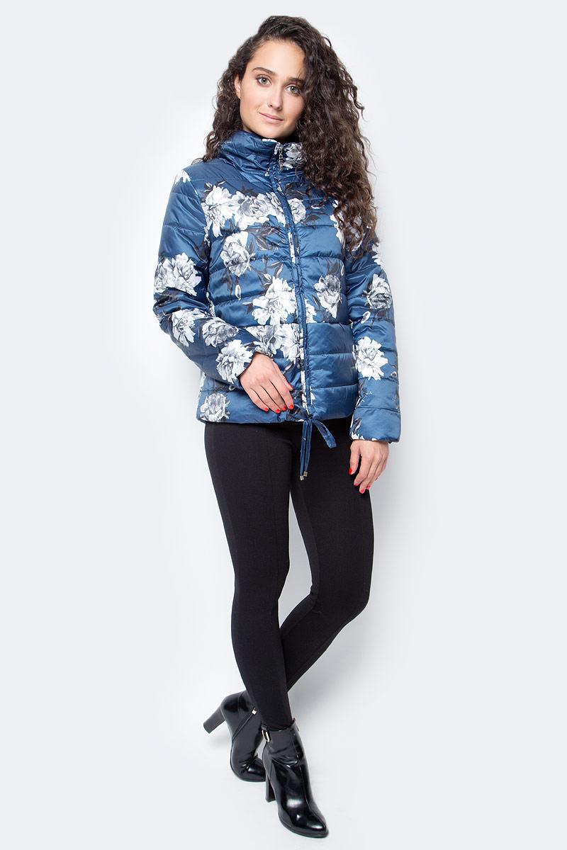 Куртка женская Baon, цвет: синий. B037624/B037524_Soft Saphire Printed. Размер XL (50)B037524_Soft Saphire PrintedСтильная куртка от Baon выполнена из высококачественного материала с утеплителем. Модель с длинными рукавами и воротником-стойкой застегивается на молнию, по низу затягивается шнурком-кулиской.