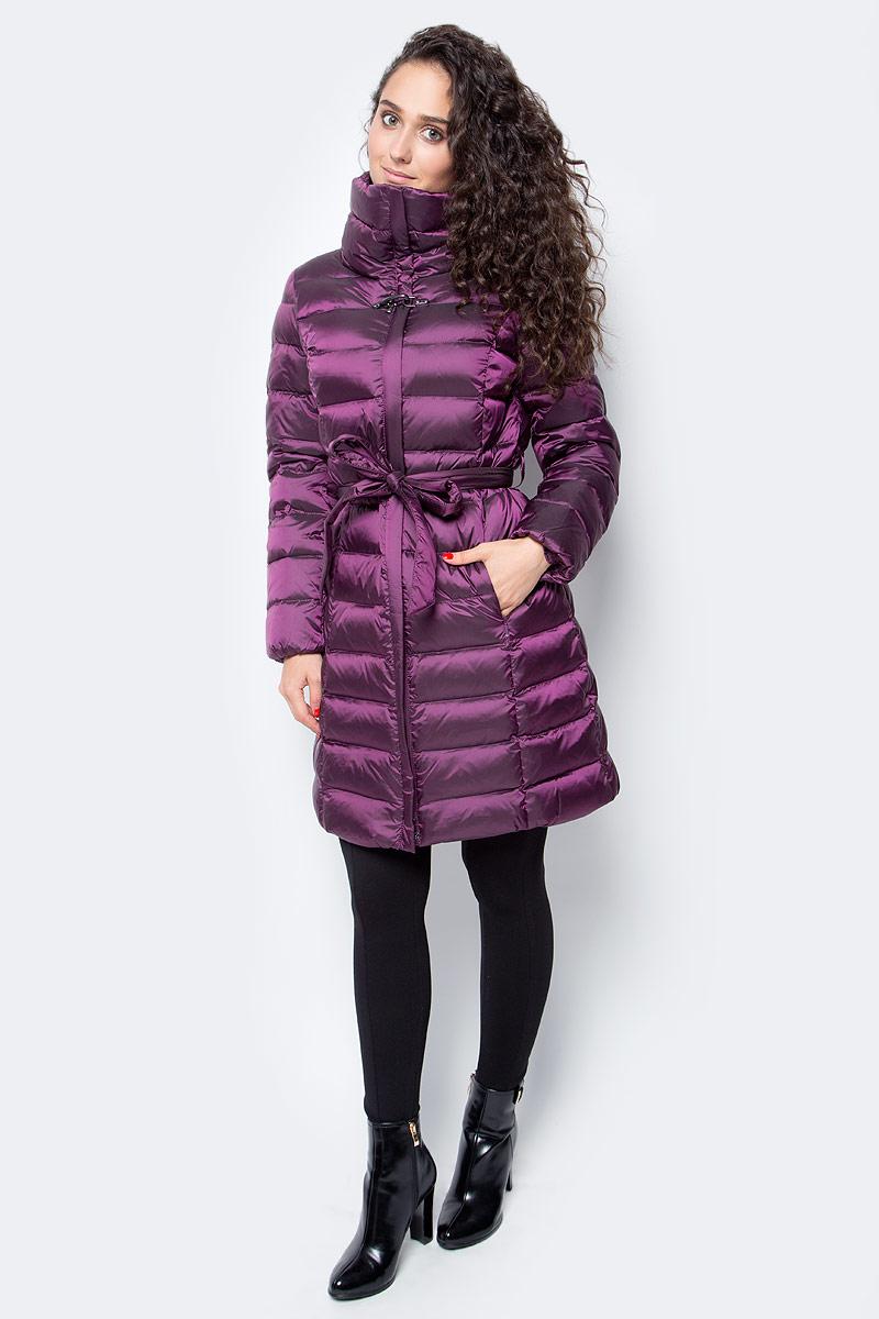 Пуховик женский Baon, цвет: фиолетовый. B007517_Bright Plum. Размер S (44)B007517_Bright PlumЖенский пуховик от Baon, выполненный из приятного на ощупь материала, поднимет своей яркостью настроение вам и всем окружающим. Изделие имеет слегка приталенный силуэт, подчеркнутый завязывающимся поясом. Воротник-труба и внутренняя эластичная прострочка манжет создают преграду для холода и ветра. По бокам расположены карманы на молнии. Пуховик застегивается на молнию и на металлический карабин, расположенный на груди.