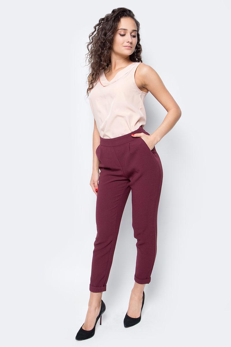 Брюки женские Only, цвет: бордовый. 15137833_Port Royale. Размер S (42/44)15137833_Port RoyaleСтильные женские брюки Only, выполненные в классическом стиле, разнообразят ваш повседневный гардероб. Укороченная модель зауженного кроя имеет пояс на широкой резинке и дополнена двумя втачными карманами. Сзади - имитация прорезных карманов. Модель подойдет для прогулок и дружеских встреч и дополнит гардероб в любом стиле.