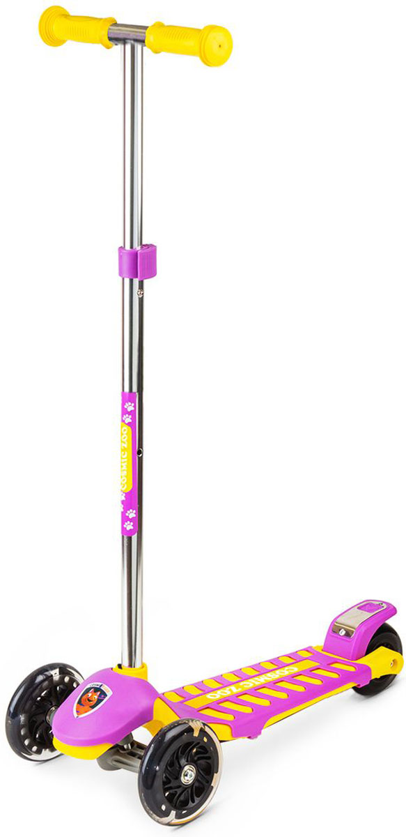 Самокат Small Rider Zoo Galaxy Maxi, 3-колесный, цвет: фиолетовый1372082Трехколесный самокат Small Rider Zoo Galaxy Maxi - это детский трехколесный самокат, который проверен временем и протестирован многими российскими детишками, заслужив массу поклонников.На этом великолепном самокате могут кататься дети с 2 до 6 лет, поскольку он имеет уникальное сочетание преимуществ: большую платформу, толстое заднее колесо и выдвижную ручку с широким диапазоном регулировки. Самокат Small Rider Zoo Galaxy Maxi идет в тренде, и имеет надежные и эффектные PU (полиуретановые) колеса с цветными светодиодиками, которые начинают эффектно смотреться темное время дня Колеса имеют прозрачную оболочку и черные диски, что делает их не просто заметными вечером, но и красивыми для глаз днем.Самокат имеет современный поворотный механизм и качественные подшипники, которые позволяют делать различные маневры и пируэты, когда ребенок переносит массу своего тела в одну из сторон. Таким образом, ребенок учится держать равновесие, а также родители могут быть уверены, что руль не повернется на 90 градусов и не травмирует малыша. Что отличает этот самокат от многих других, так это невероятные, сочные комбинированные расцветки с персонажами Космического зоопарка.Верхний слой деки - это дополнительная пластиковая крышка, которая помимо красоты, защищает платформу от деформации (перегруза) и увеличивает возможный возраст наездника.