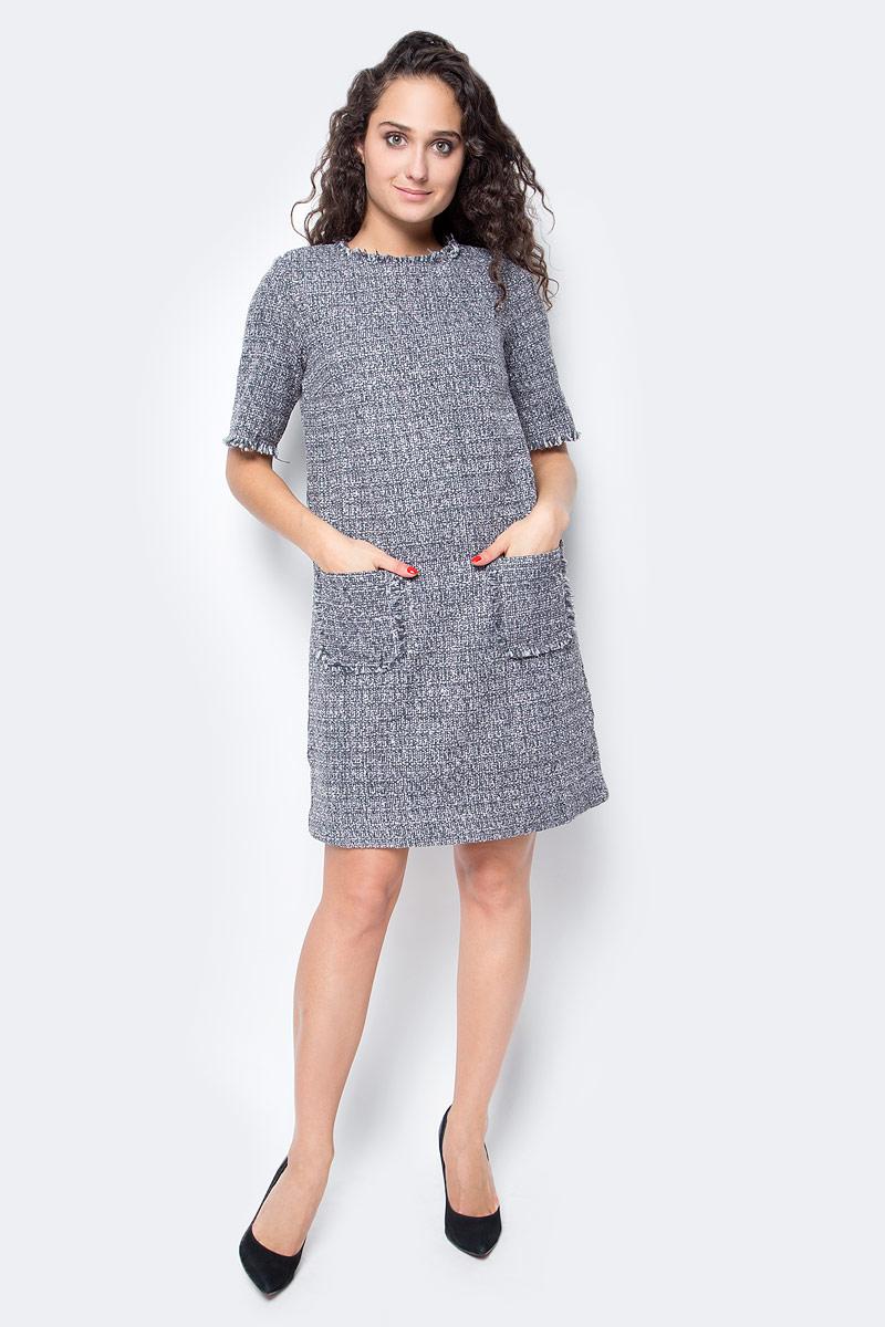 Платье Baon, цвет: серый, розовый. B457515_Lotus Jacquard. Размер M (46)B457515_Lotus JacquardЭлегантное твидовое платье от Baon на шелковистой подкладке создано специально для поклонниц лаконичной роскоши. В таком наряде вы будете чувствовать себя самой элегантной и стильной. Модель имеет прямой крой, помогающий скрывать недостатки фигуры и делать акцент на ее достоинствах. Платье застегивается при помощи молнии, расположенной на спине. Передняя часть изделия декорирована карманами.