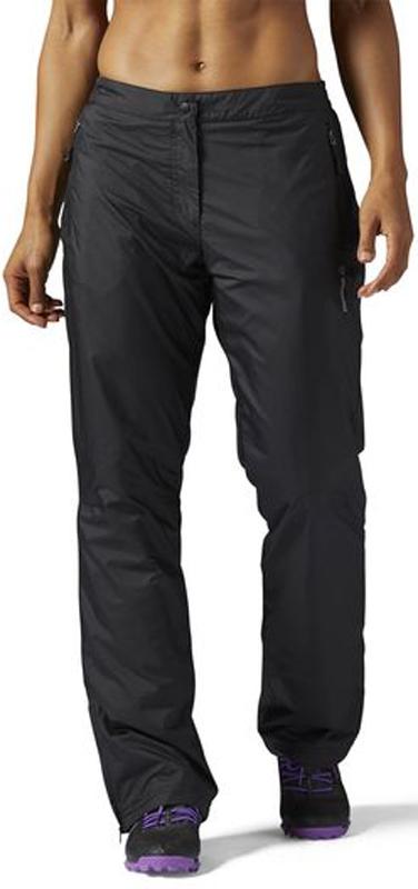 Брюки утепленные женские Reebok Outdoor Fleece Lined, цвет: черный. S96423. Размер XS (40)S96423Спортивные утепленные брюки от Reebok, которые согреют вас в морозную погоду, а если на улице будет совсем холодно, можно надеть их поверх леггинсов. В любом случае, мягкая флисовая подкладка подарит чувство тепла и комфорта. Водостойкий материал защитит от снега и влаги, а анатомический крой позволит с комфортом выполнить тренировку на улице. Облегающий крой – брюки повторяют контуры тела для комфорта и полной свободы движений.Брюки выполнены из переработанного полиэстера - гладкой и прочной ткани рипстоп. Использование переработанного полиэстера сохраняет природные ресурсы и уменьшает выбросы в атмосферу.