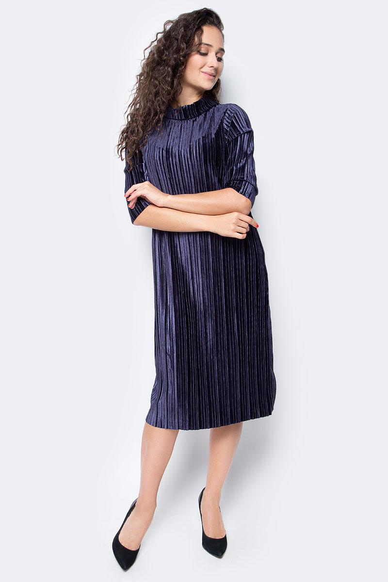 Платье Baon, цвет: темно-синий. B457557_Dark Navy. Размер S (44)B457557_Dark NavyСочетание лаконичного кроя и роскошного материала - залог успеха этого изделия. Платье от Baon, выполненное из бархата с рельефным узором, станет украшением вашего вечернего гардероба. Модель имеет прямой крой, короткие рукава и воротник-стойку. На спине расположена застежка-молния.