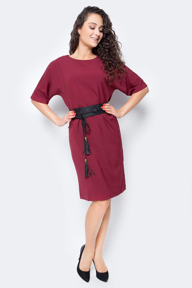 Платье Baon, цвет: бордовый. B457527_Pomegranate. Размер XS (42)B457527_PomegranateЛаконичное по своему дизайну платье от Baon дополнено ультрамодной деталью - поясом-оби, создающим приталенный силуэт. Пояс выполнен из искусственной кожи с тиснением под рептилию и дополнен завязывающимся шнурком с кистями. Платье имеет рукава кроя летучая мышь и застежку-молнию на спине.