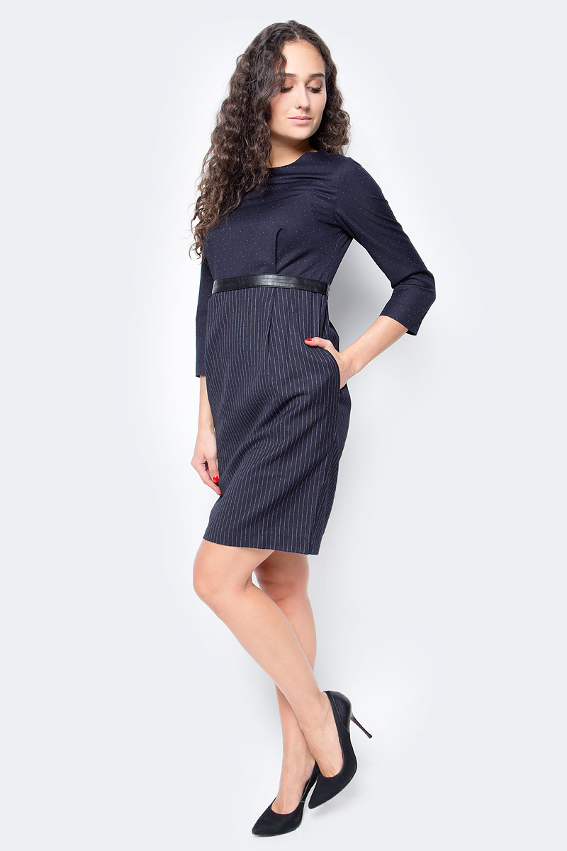 Платье Baon, цвет: синий. B457524_Dark Navy. Размер XS (42)B457524_Dark NavyЭффектное сочетание двух костюмных принтов - изюминка этого изделия. С таким платьем от Baon в деловом гардеробе вам не придется долго раздумывать, что надеть, чтобы выглядеть стильно и выразительно. Изделие дополнено завязывающимся пояском из искусственной кожи. На спине расположена застежка-молния, по бокам - два кармана.
