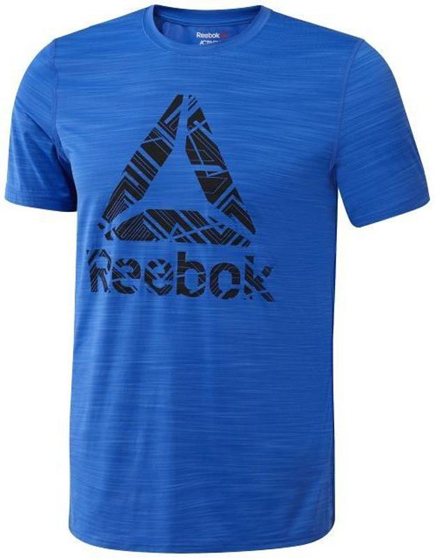 Футболка для фитнеса мужская Reebok Workout Ready ActivChill Graphic, цвет: синий. BQ3855. Размер XL (56/58)BQ3855Чрезвычайно качественная мужская футболка от Reebok, наличие которой никогда не будет лишним в гардеробе каждого современного мужчины. Для изготовления изделия была задействована ткань, оптимально соединяющая в себе натуральные и синтетические волокна. Применение передовых технологий в данном случае позволило создать максимально комфортную одежду для спорта и повседневности. Технология Speedwick отводит влагу с покровов кожи, оставляя ощущение сухости и комфорта. Вместе с тем, технология Activchill отвечает за свободный воздухообмен и естественную вентиляцию тела. Прямой покрой изделия, предусматривающий полную свободу движений, дает возможность проводить наиболее продуктивные тренировки. Крупный логотип с названием фирмы-изготовителя размещается во фронтальной части одежды.