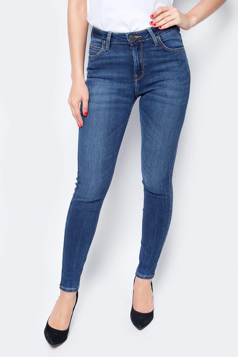 Джинсы женские Lee, цвет: синий. L626KJMN. Размер 28-33 (44-33)L626KJMNЖенские джинсы Lee выполнены из высококачественного эластичного хлопка. Джинсы облегающего кроя средней посадки застегиваются на пуговицу в поясе и ширинку на застежке-молнии, имеются шлевки для ремня. Джинсы имеют классический пятикарманный крой: спереди модель дополнена двумя втачными карманами и одним маленьким накладным кармашком, а сзади - двумя накладными карманами.