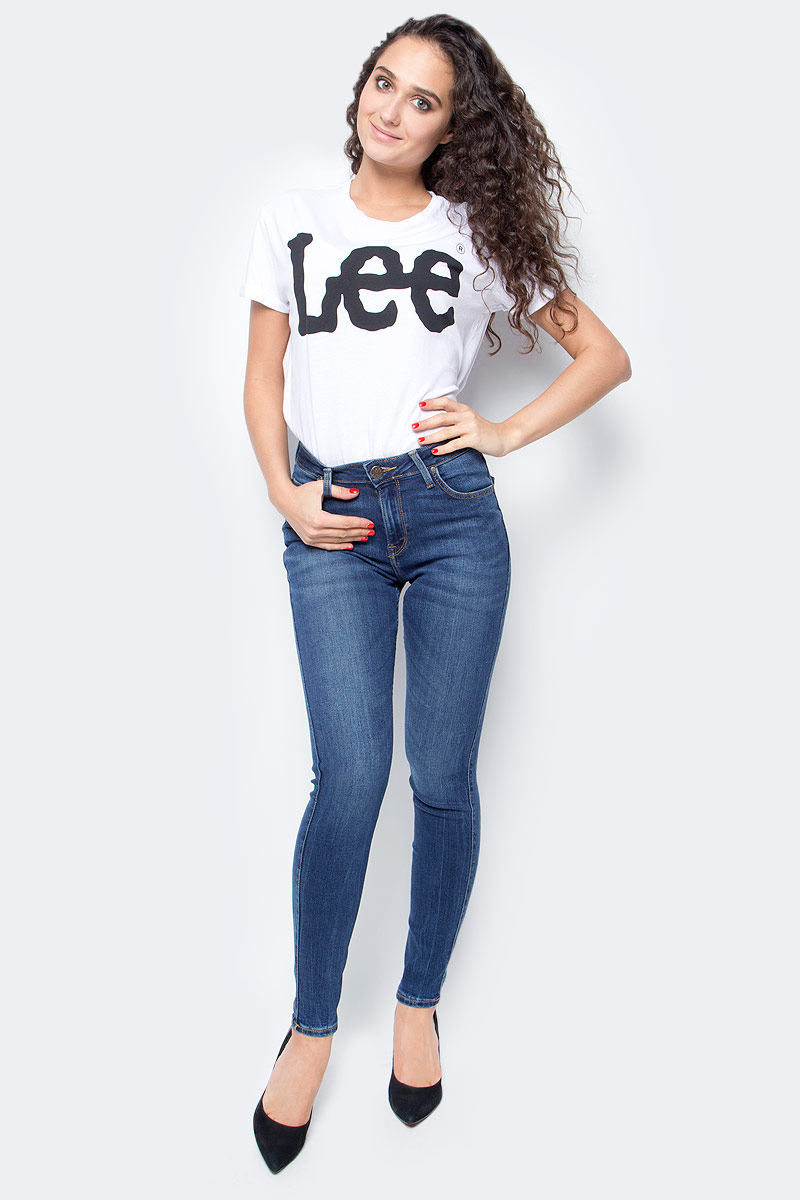 Джинсы женские Lee, цвет: синий. L626KJMN. Размер 30-35 (46-35)L626KJMNЖенские джинсы Lee выполнены из высококачественного эластичного хлопка. Джинсы облегающего кроя средней посадки застегиваются на пуговицу в поясе и ширинку на застежке-молнии, имеются шлевки для ремня. Джинсы имеют классический пятикарманный крой: спереди модель дополнена двумя втачными карманами и одним маленьким накладным кармашком, а сзади - двумя накладными карманами.