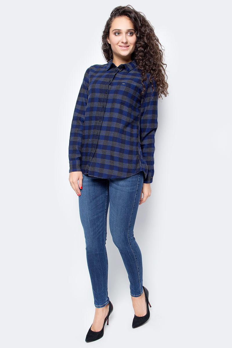 Рубаша женская Lee, цвет: синий, серый. L45QBADB. Размер XS (40)L45QBADBСтильная женская рубашка Lee, выполненная из хлопка с полиэстером, подчеркнет ваш уникальный стиль и поможет создать оригинальный образ. Такой материал великолепно пропускает воздух, обеспечивая необходимую вентиляцию, а также обладает высокой гигроскопичностью. Рубашка с длинными рукавами и отложным воротником застегивается на пуговицы спереди. Манжеты рукавов также застегиваются на пуговицы. Модель дополнена нагрудным карманом. Рубашка оформлена принтом в клетку. Классическая рубашка - превосходный вариант для базового гардероба и отличное решение на каждый день. Такая рубашка будет дарить вам комфорт в течение всего дня и послужит замечательным дополнением к вашему гардеробу.