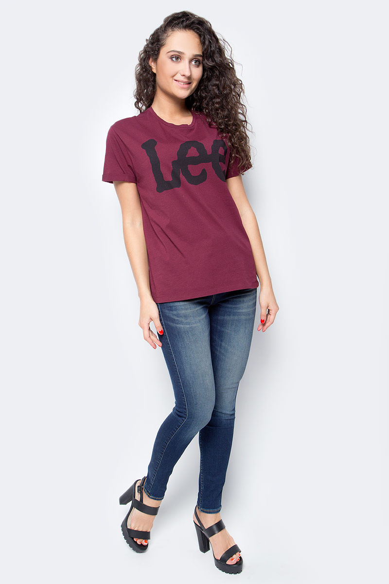 Футболка женская Lee, цвет: бордовый. L40LEPDE. Размер M (44)L40LEPDEЖенская футболка Lee выполнена из натурального хлопка. Модель с круглым вырезом горловины и короткими рукавами оформлена контрастным принтом с названием бренда.