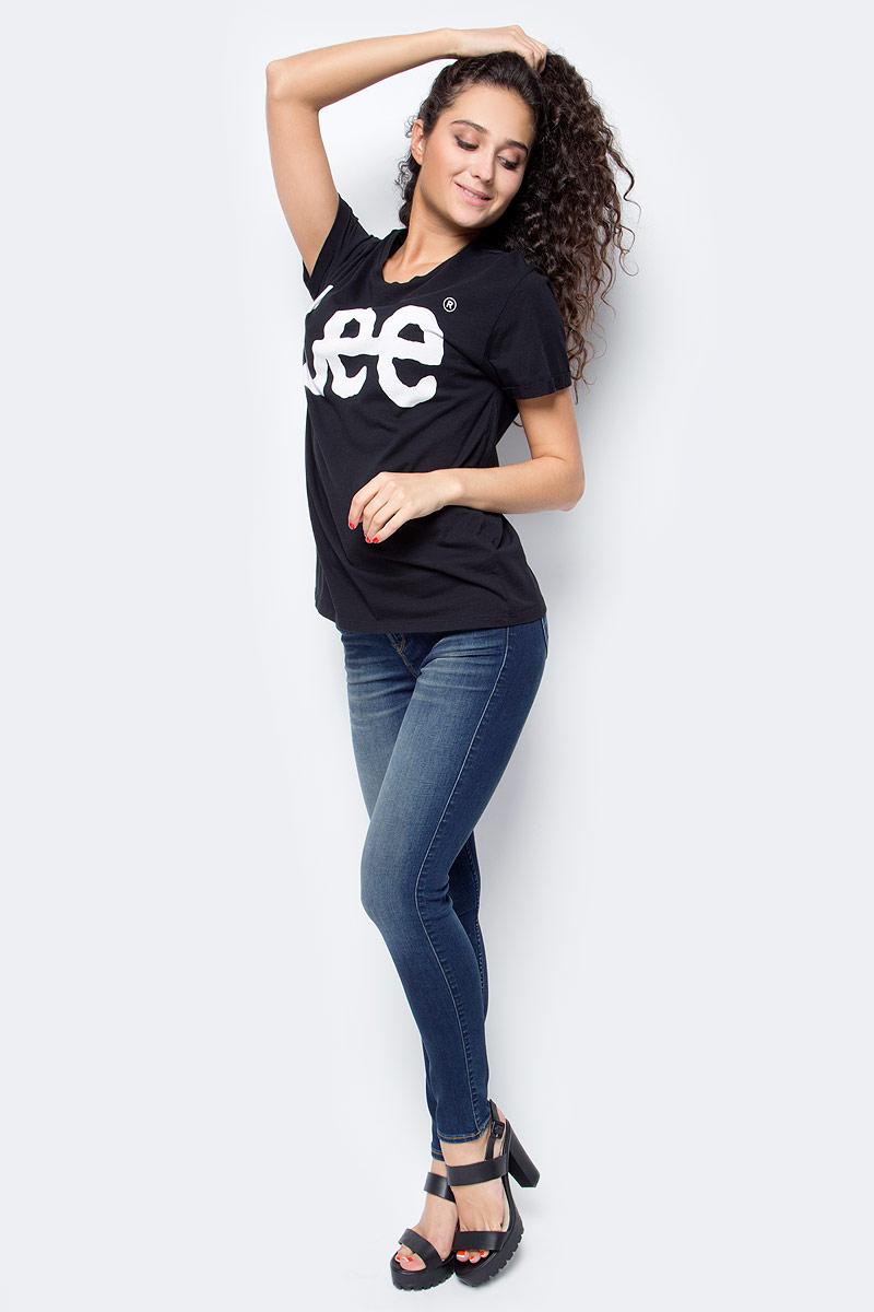 Женская_футболка_Lee_выполнена_из_натурального_хлопка._Модель_с_круглым_вырезом_горловины_и_короткими_рукавами_на_груди_оформлена_принтом_в_виде_названия_бренда.