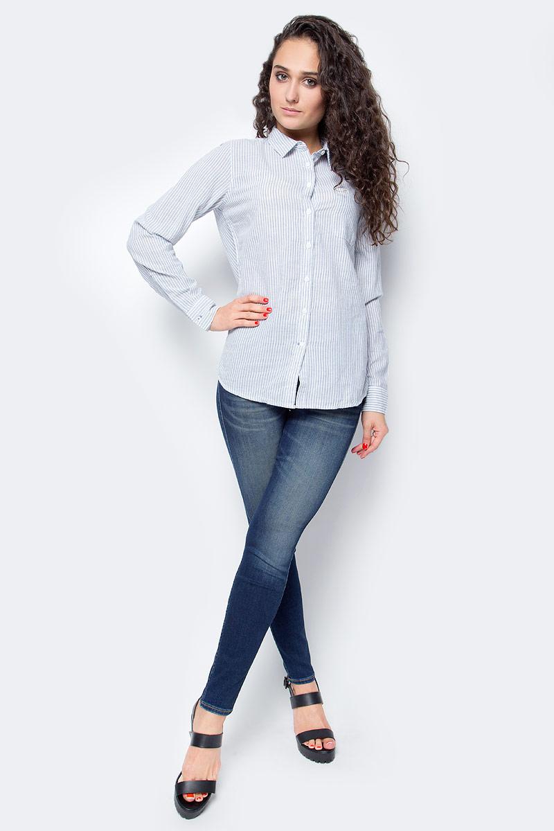 Блузка женская Lee, цвет: белый, голубой. L45QBH12. Размер XS (40)L45QBH12Стильная женская блузка Lee выполнена из натурального хлопка. Модель с отложным воротником и длинными рукавами застегивается на пуговицы по всей длине изделия. На груди блузка дополнена накладным карманом.