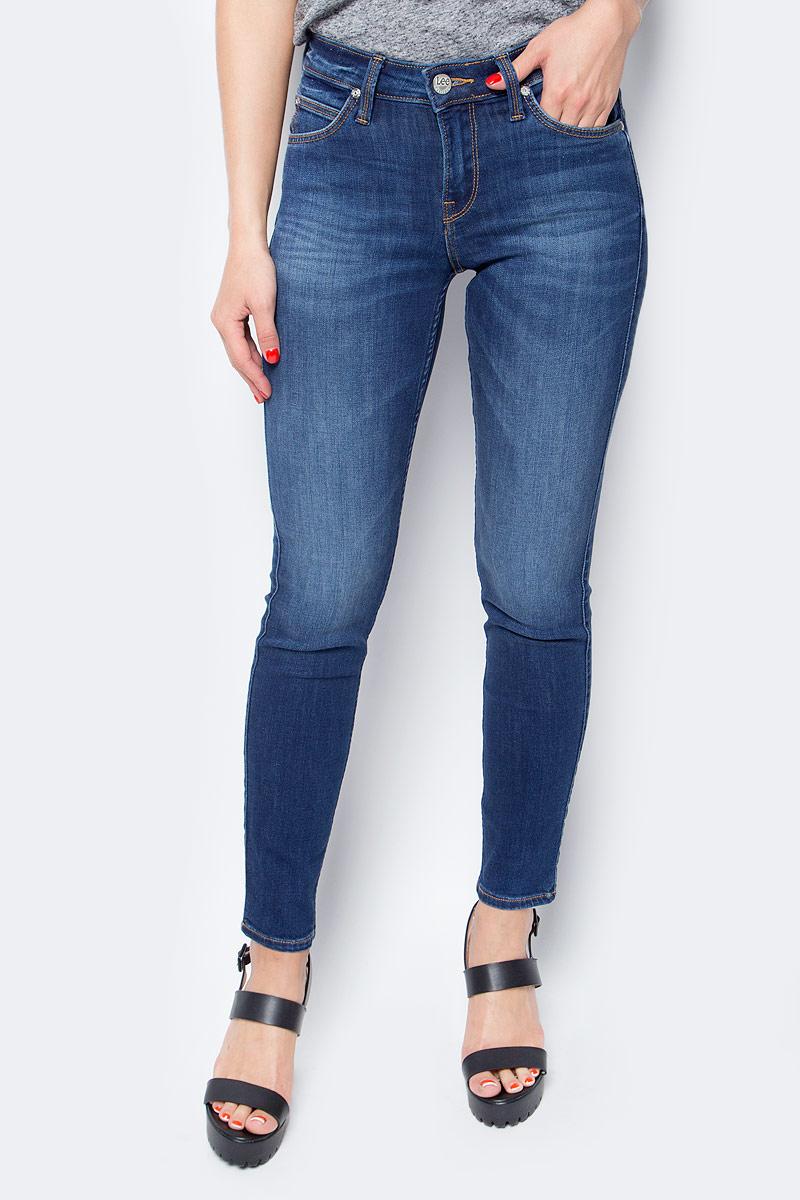 Джинсы женские Lee, цвет: синий. L526HAIM. Размер 25-33 (40/42-33)L526HAIMЖенские джинсы Lee выполнены из высококачественного эластичного хлопка. Прямые джинсы классической посадки застегиваются на пуговицу в поясе и ширинку на застежке-молнии, имеются шлевки для ремня. Джинсы имеют классический пятикарманный крой: спереди модель дополнена двумя втачными карманами и одним маленьким накладным кармашком, а сзади - двумя накладными карманами.