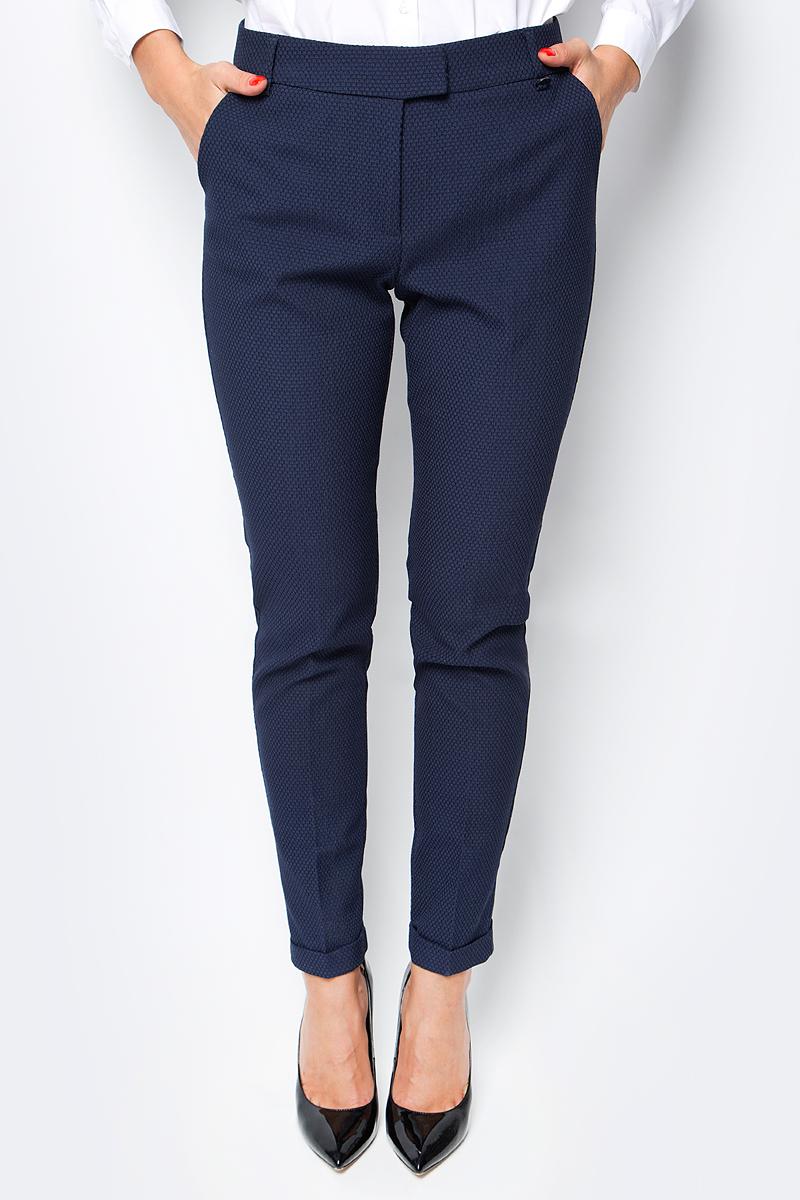 Брюки женские Baon, цвет: темно-синий. B297515_Dark Navy. Размер XL (50)B297515_Dark NavyДеловые брюки от Baon выполнены из материала с легким эффектом стрейч и рельефным рисунком поверхности. Изделие имеет зауженные штанины, дополненные отворотами. По бокам расположены карманы, задние карманы - ложные. Пояс брюк дополнен шлевками для ремня. Изделие застегивается на молнию и потайные крючки.