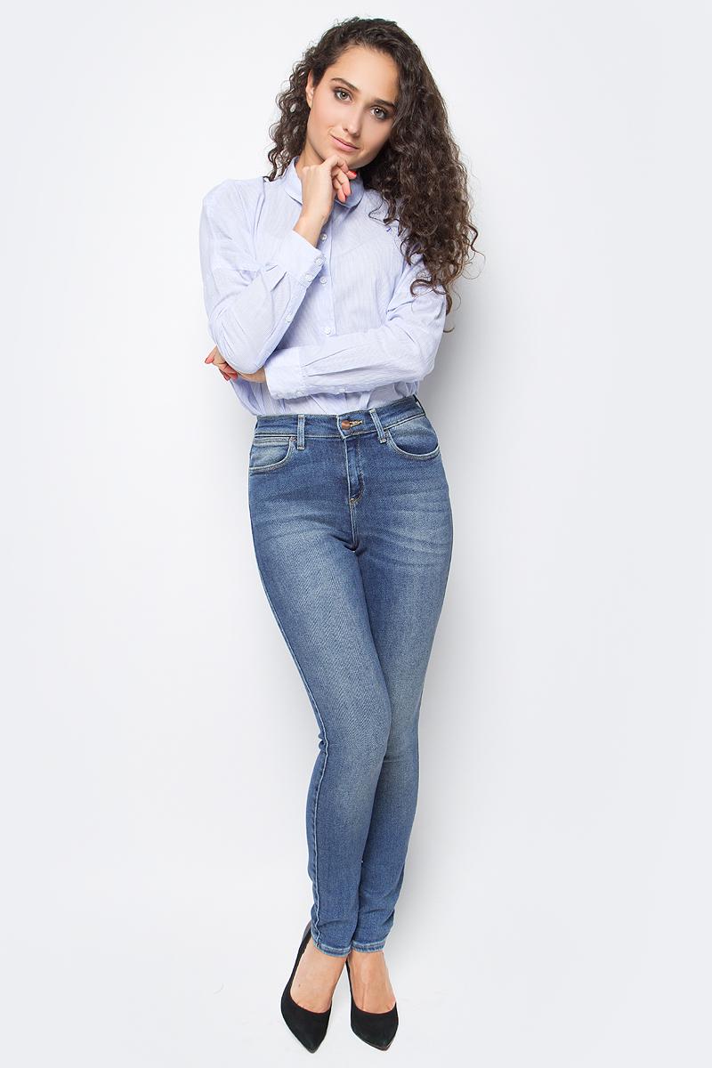 Джинсы женские Wrangler, цвет: синий. W27HCZ99I. Размер 26-30 (42-30)W27HCZ99IЖенские джинсы Wrangler станут отличным дополнением к вашему гардеробу. Джинсы выполнены из эластичного хлопка. Изделие мягкое и приятное на ощупь, не сковывает движения и позволяет коже дышать.Модель зауженного кроя с завышенной посадкой на поясе застегивается на металлическую пуговицу и ширинку на металлической застежке-молнии, а также предусмотрены шлевки для ремня. Модель имеет классический пятикарманный крой: спереди расположены два втачных кармана и один маленький кармашек, а сзади - два накладных кармана.Современный дизайн, отличное качество и расцветка делают эти джинсы модным, стильным и практичным предметом мужской одежды. Такая модель подарит вам комфорт в течение всего дня.