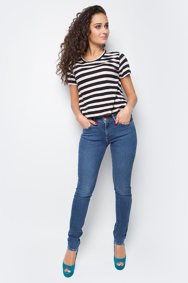 Джинсы женские Wrangler Body Bespoke, цвет: синий. W28L70016. Размер 28-30 (44-30)W28L70016Женские джинсы Wrangler станут отличным дополнением к вашему гардеробу. Джинсы выполнены из эластичного хлопка. Изделие мягкое и приятное на ощупь, не сковывает движения и позволяет коже дышать.Модель зауженного кроя на поясе застегивается на металлическую пуговицу и ширинку на металлической застежке-молнии, а также предусмотрены шлевки для ремня. Модель имеет классический пятикарманный крой: спереди расположены два втачных кармана и один маленький кармашек, а сзади - два накладных кармана.Современный дизайн, отличное качество и расцветка делают эти джинсы модным, стильным и практичным предметом женской одежды. Такая модель подарит вам комфорт в течение всего дня.